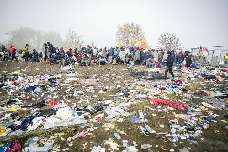 Menekültek az osztrák-szlovén határnál Sentiljnél, 2015. november 1-én.