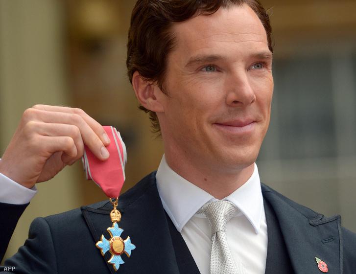 Benedict Cumberbatch a Brit Birodalom érdemrendjének parancsnoki fokozatával.
