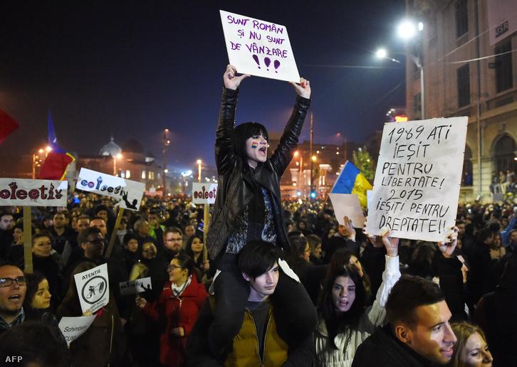 Nagy tömeg tüntettet Bukarestben a kormány és a politikai elit leváltásáért.