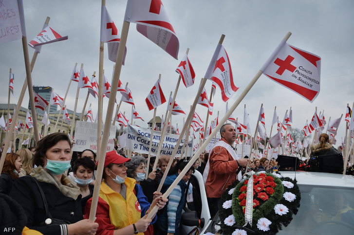 Román egészségügyi dolgozók tüntetnek a jobb munkakörülményekért 2013. november 2-án.
