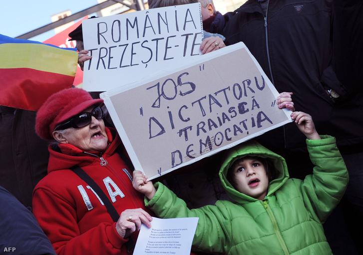 """Kormányellenes tüntetők az """"Ébred fel Románia"""" tüntetésen, 2012. január 14-én."""