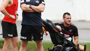 Babakocsit vitt a futóedzésre egy ausztrál focista