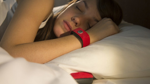 Hiányzik az ölelkezés? Logikus: aludjon karkötőben!
