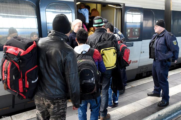 Illegális bevándorlókat őriznek rendőrök az osztrák-német határ német oldalán fekvő Freilassingban.
