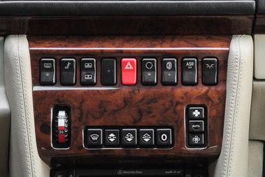 Sosem láttam még ennyi gombot egy W124-esben