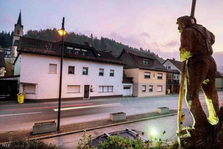 Egy lakóház (b) a bajorországi Wallenfelsben 2015. november 13-án. Az épületben előző nap mentősök csecsemők holttestére bukkantak.