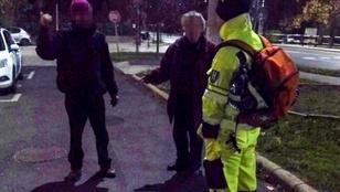 Ezeket a nagyon részeg túrázókat egy tüskés bokor ejtette foglyul