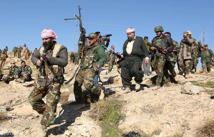 Kurd katonák gyülekeznek a Szindzsár melletti dombon november 13-án.