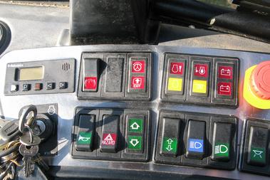 A kapcsolósor és a gyújtáskapcsoló akár egy tehergépkocsié is lehetne