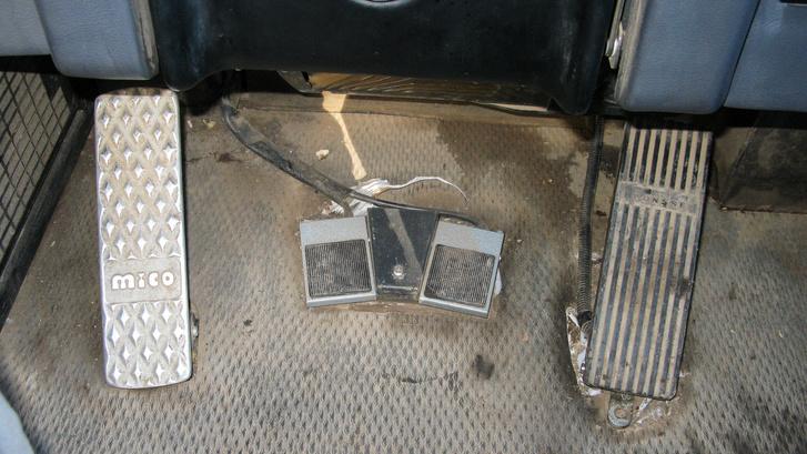 A két pedál közül a jobboldali a gáz, a bal a fék, ezt alig kell használni