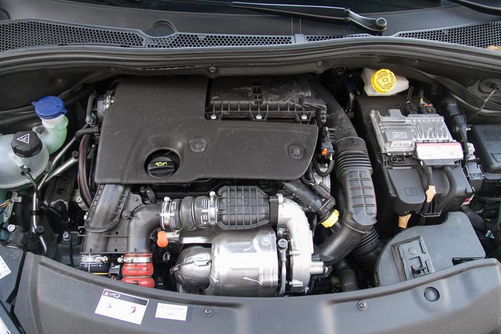 Kár, hogy ilyen silányságokkal rombolja a Peugeot az összképet, mint ez a papundekli-motorburkolat