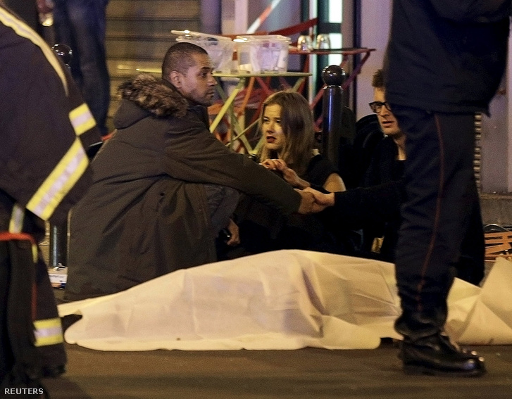 Áldozat holtteste az éttermeknél történt lövöldözésnél.