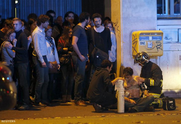 Sebesültek a Bataclan előtt