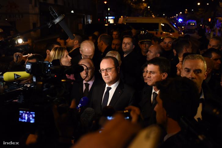 """Francois Hollande is a mészárlás helyszínére ment. A  francia köztársasági elnök a párizsi terrortámadások legvéresebb helyszínén, a Bataclan koncertteremnél tett szemléje után """"könyörtelen háborút"""" hirdetett a terroristák ellen."""