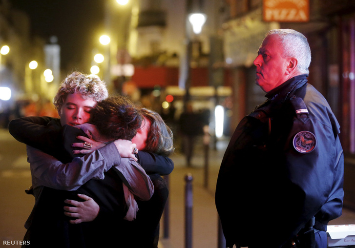 Párizst sokkolták a támadások. Ölelkező járókelők a Bataclan koncertterem közelében.