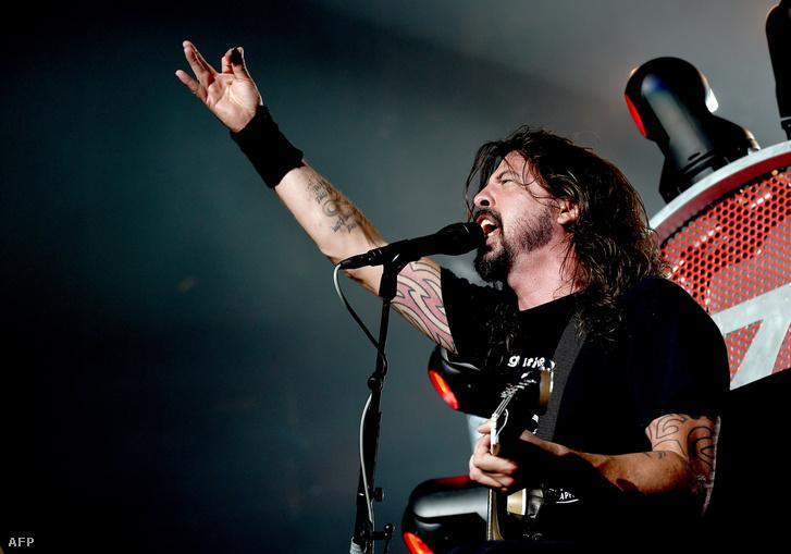 Dave Grohl és a Foo Fighters se lép fel Párizsban.