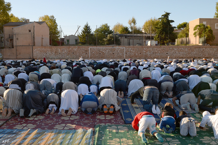 Francia muszlimok imádkoznak egy stadionban Marseilleben 2015. szeptember 24-én.