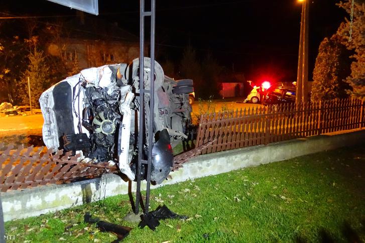A villanyoszlopra felcsavarodott autó Pusztaszeren 2015. november 14-én.