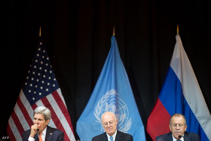 John Kerry amerikai külügyminiszter, Steffan di Mistura az ENSZ Szíriai nagykövete, és Szergej Lavrov orosz külügyminiszter a bécsi Szíria-konferencián, 2015. november 14-én.