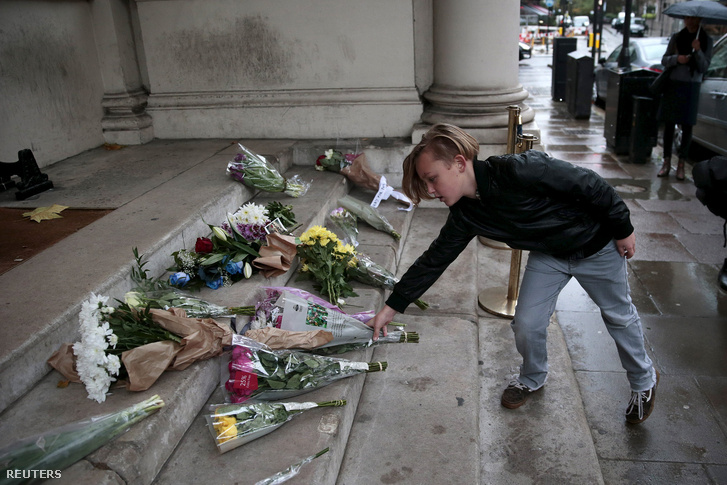 Gyűlnek a virágok a francia nagykövetség épülete előtt Londonban is
