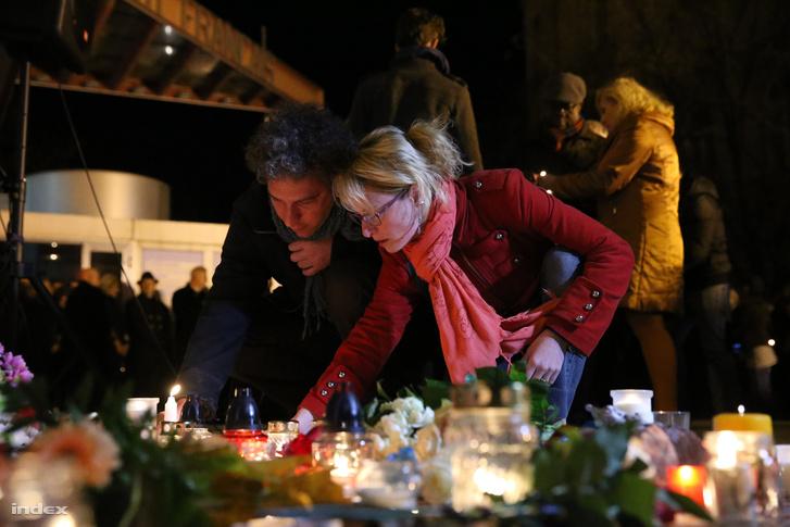 Megemlékezők a budapesti Francia Intézet előtt
