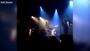 Videó: A dobja mögé bújt a lövöldözés elől Bataclanban koncertező együttes dobosa