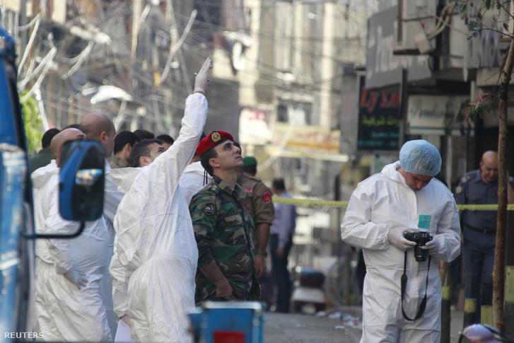 Katonák és helyszinelők a csütörtöki robbantás helyszínén