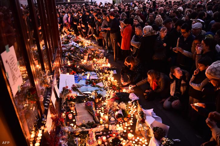 Mécsesekkel és virágokkal gyászolnak az egyik merénylet helyszínén