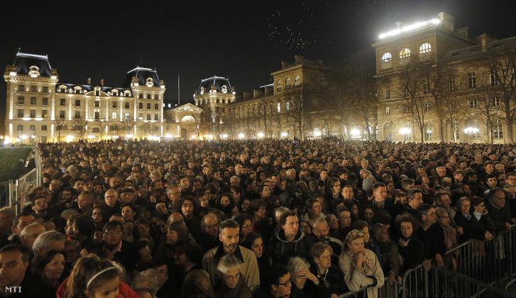 Gyászolók a Notre Dame előtti téren