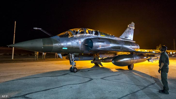Felszálláshoz készül egy francia bombázó a Perzsa-öbölben, ahol szeptember 9-e óta állomásoznak.