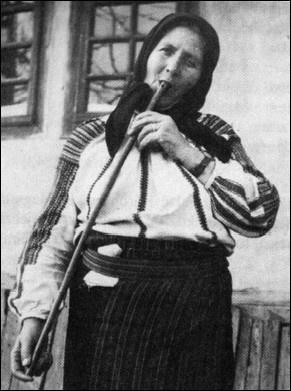 Lőrincz Györgyné Hodorog Luca tilinkázik Klézsén, 1920-ban