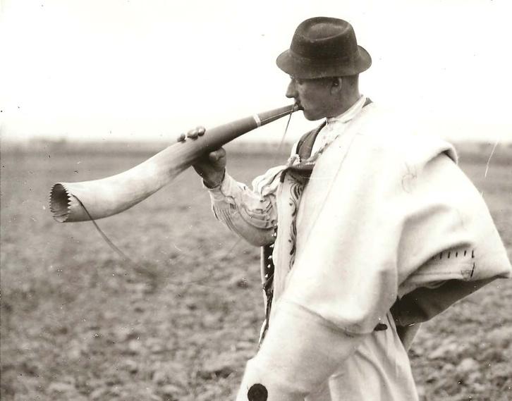 Szarukürtön játszó kanász Ipolykeszin, 1912