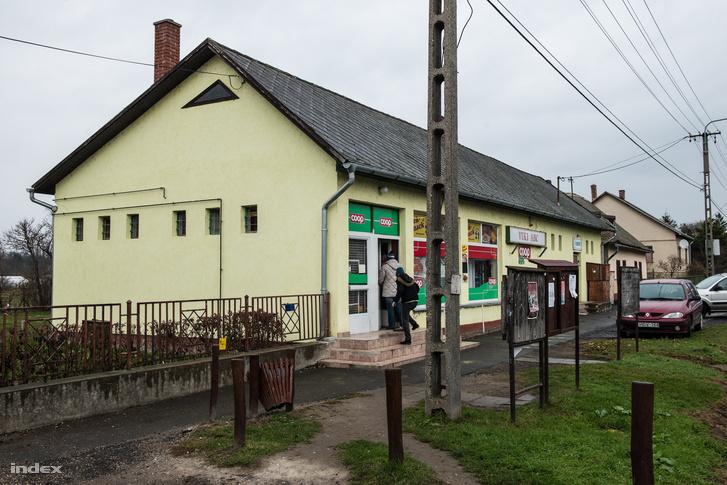 Vasárnap délelőtt is nyitva a falu áruháza. Egy fél utcányira tőle Simonné boltja is nyitva volt.