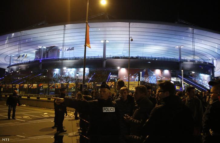 Rendőrök biztosítják a helyszínt a Franciaország-Németország barátságos labdarúgó-mérkőzés helyszínén a párizsi Stade de France Stadionnál 2015. november 13-án este.