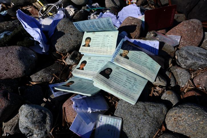 A görög partoknál elsüllyedt csempészhajó utasainak partravetett útlevelei Leszboszon