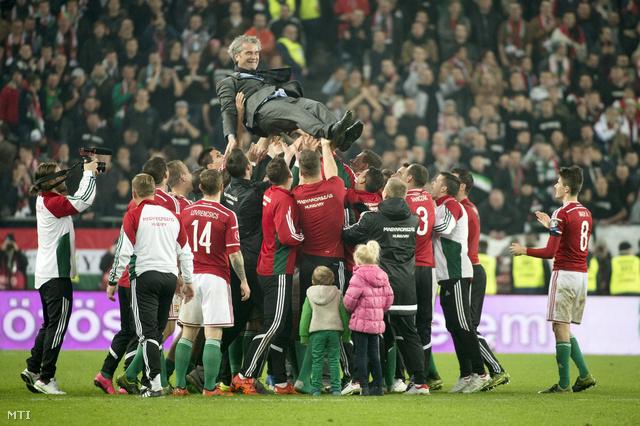 Bernd Storckot ünnepelte a csapat a kijutás után