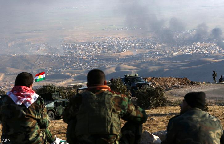 Kurd harcosok Szindzsár városa felett, miután elfoglalták a települést 2015. november 13-án.