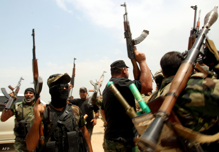 Siíta fegyveresek harcolnak az Iszlám Állam ellen Bagdadtól nem messze, 2014. augusztusában.