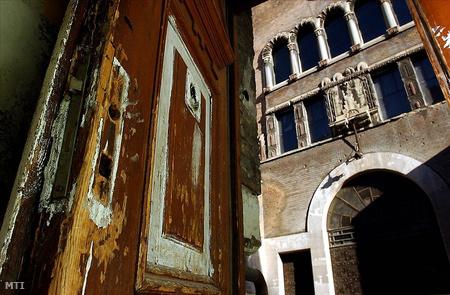 A régi zsinagóga épülete egy kapualjból a Kazinczy utcában