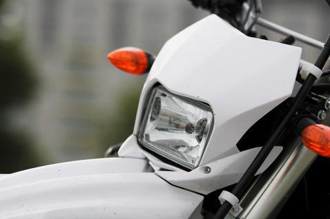 Kicsi, de tisztességes az ereje, este is motorozhatunk fényénél