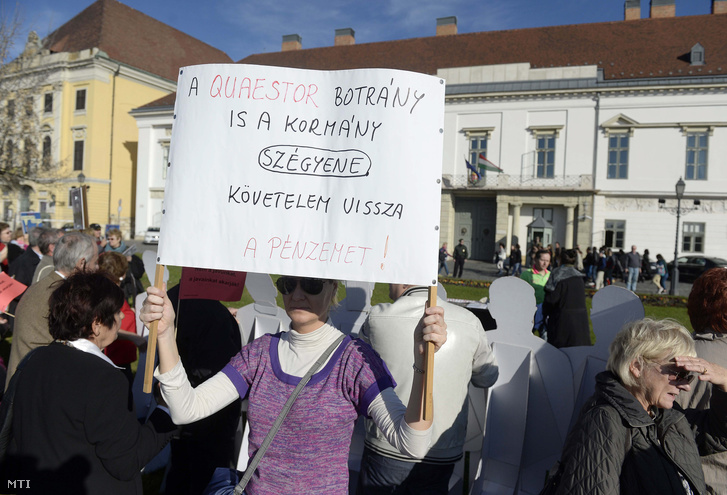 A Quaestor Károsultak Közössége demonstrál Budapesten, a Sándor-palota előtti Szent György téren 2015. november 12-én.