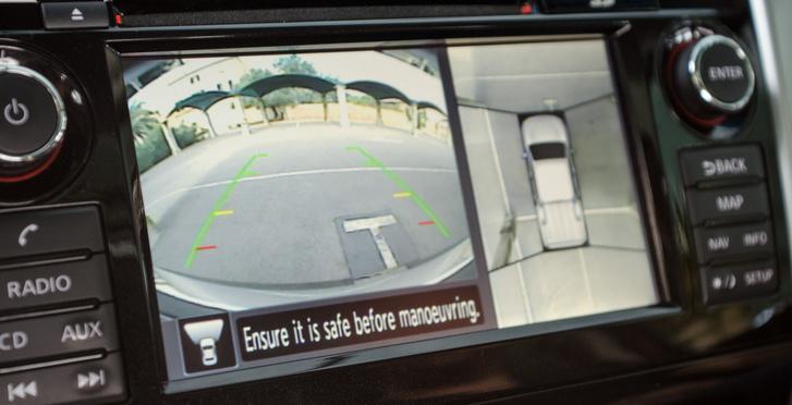 360 fokos kamera pont nem aszfalton hasznos. 10 km/h-ig működik, nagyobb terepakadályok, kövek vagy tönkök között óriási biztonságérzetet ad