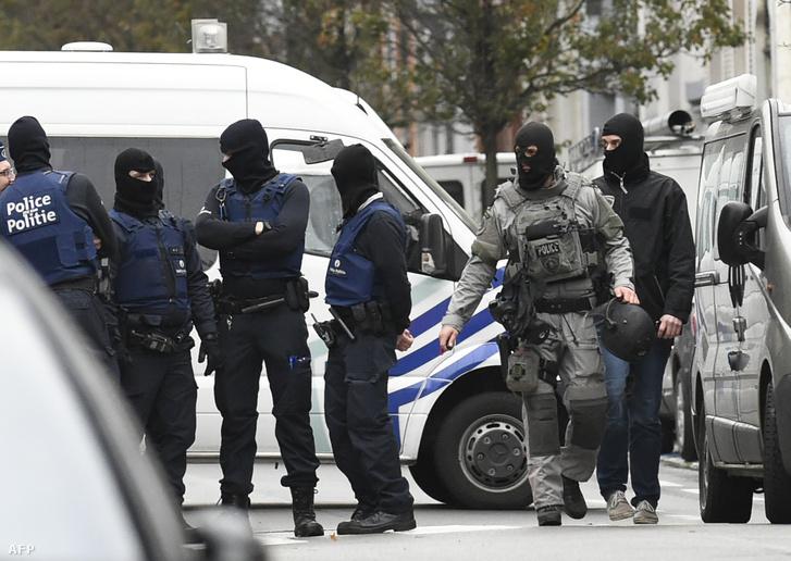Rendőrök az egyik brüsszeli rajtaütés helyszínén