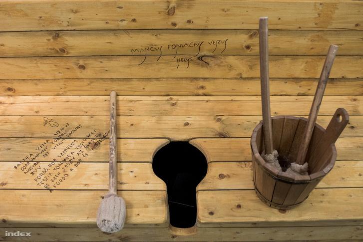 Vécéfirkák és a szivacsos bot, amit feltehetőleg fenéktörlésre használtak