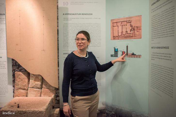 Fényes Gabriella régész a fürdőfűtést magyarázza, tőle balra az egyik falfestmény helye...