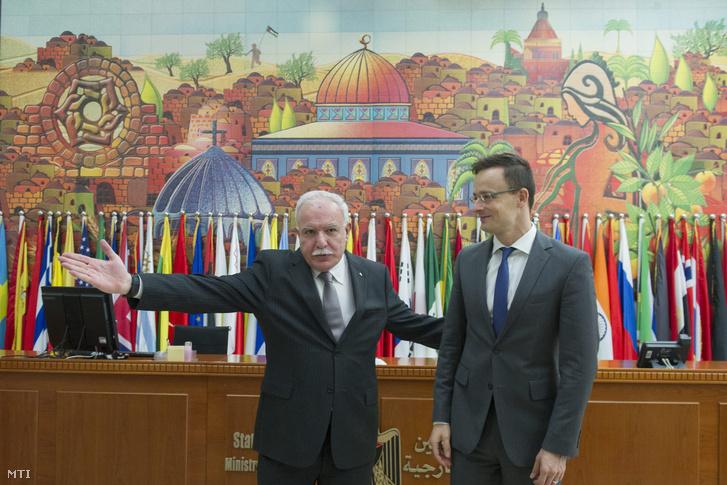 Rijád al-Malki palesztin külügyminiszter fogadja Szijjártó Péter külgazdasági és külügyminiszter Rámalláhban 2015. november 17-én.