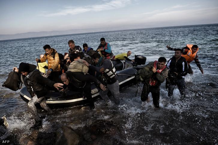 Menekültek érnek partot egy gumicsónakkal Leszbosz szigetén Görögországban, 2015. november 11-én.
