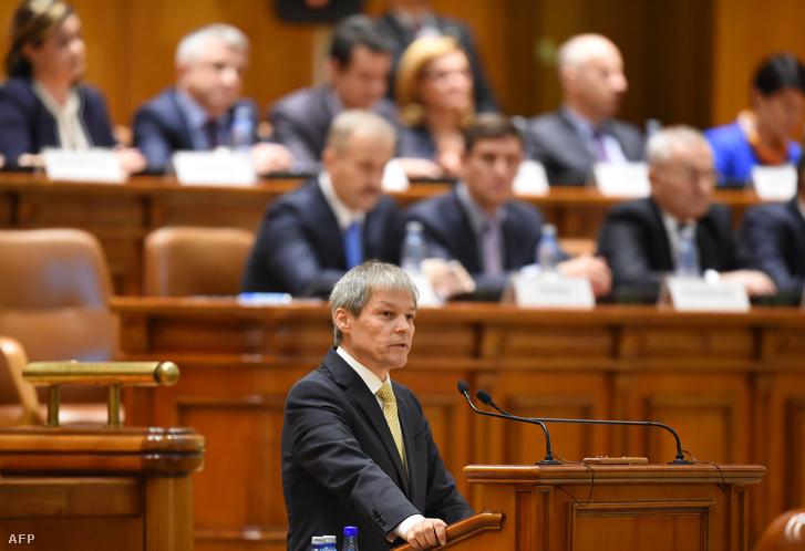 Dacian Ciolos Románia új miniszterelnöke tart beszédet a Parlamentben Bukarestben, miután megszavazták a szakértői kormányát, 2015. november 17-én.
