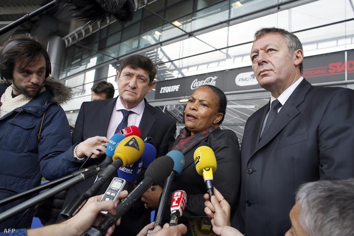 Patrick Kanner sportminiszter nyilatkozik a Stade de Francenál Christiane Taubira igazságügyi miniszterrel és Thierry Braillard sport miniszter-helyettessel 2015. november 17-én.