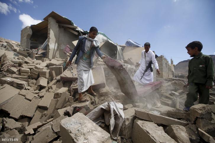 Szaudi bombázás nyoma Jemen fővárosában, 2015. november 7-én.